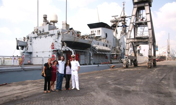 Porto di Dar es Salaam, 31 luglio 2013. Assieme agli amici di casa CO.P.E. e a Francesco, Ufficiale della Marina Italiana a bordo della Nave Zeffiro.